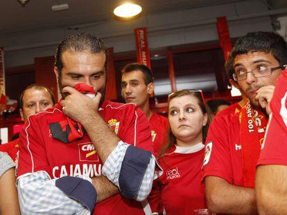 Aficionados del Murcia, al conocer el descenso de su equipo.