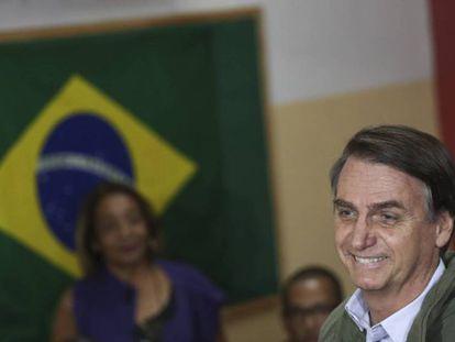 Jair Bolsonaro minutos antes de depositar el voto en Rio de Janeiro En vídeo, primeras protestas en Brasil tras la victoria de Bolsonaro.