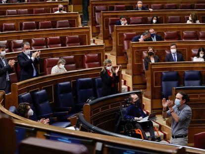 El vicepresidente segundo, Pablo Iglesias, recibe los aplausos del Gobierno y de la bancada socialista tras su discurso de despedida en el Congreso de los Diputados.