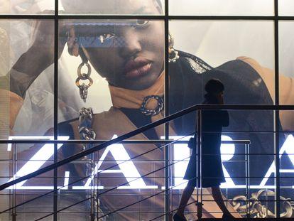 Una mujer pasa por delante de una publicidad con el logo de Zara, en Cracovia.