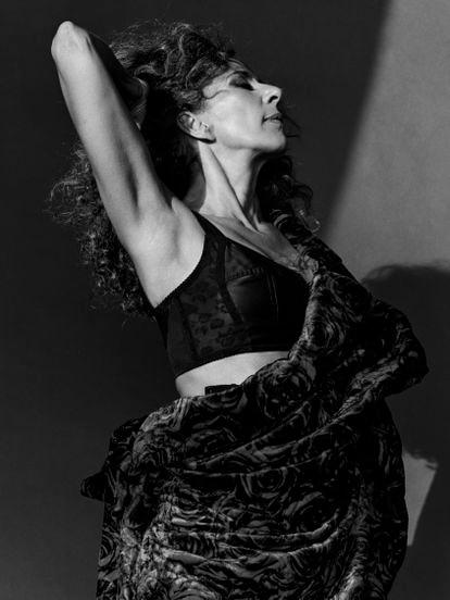 Rosario lleva corsé de encaje y satén y 'leggings' de Dolce & Gabbana, y abrigo de terciopelo con estampado de rosas de Dries Van Noten.