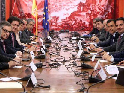 Reunión de representantes de partidos políticos sobre reducción de gastos en la campaña electoral de junio.