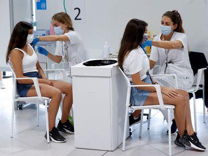 Dos adolescentes se vacunan contra la covid-19 en el hospital Enfermera Isabel Zendal de Madrid, el 29 de septiembre.