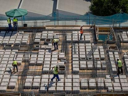 Varios obreros trabajan en una obra en Sevilla, este jueves.
