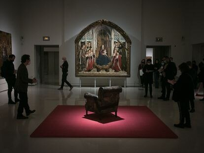 La obra de Tàpies frente a la 'Virgen dels consellers' de Huguet, en la nueva exposición del MNAC.