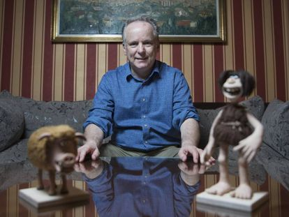Nick Park, director y animador de 'stop motion', junto a dos de los protagonistas de su nueva película 'Cavernícola', en un hotel de Madrid.