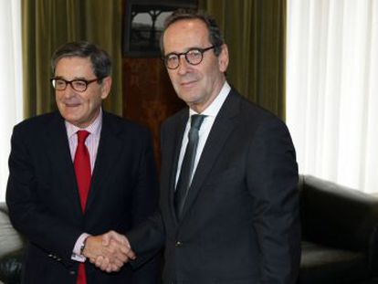 Mario Fernández (izquierda) y Gregorio Villalabeitia el pasado mes de noviembre al formalizarse el relevo en la presidencia de Kutxabank.