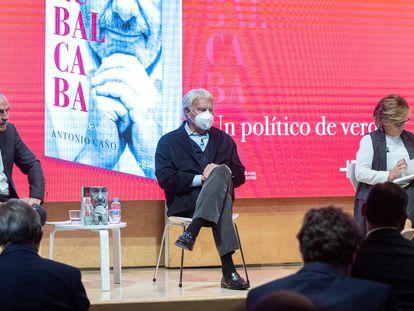 """De izquierda a derecha: el periodista Antonio Caño, el expresidente Felipe González y la eurodiputada Elena Valenciano, durante la presentación del libro """"Rubalcaba. Un político de verdad"""", en Madrid."""