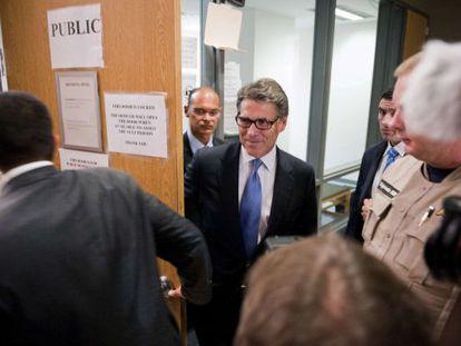 Rick Perry deja la corte de Travis en Austin (Texas).