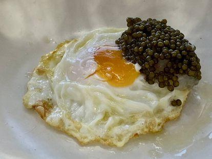Huevo frito con caviar. J.C. CAPEL