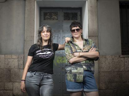 Las ilustradoras Olalla Ruiz, a la izquierda, y Carla Berrocal, a la derecha, posan en el barrio de las Letras en Madrid.  Foto: Inma Flores