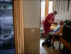 DVD994 (18/04/2020) Un empleado le da l'quido a un hombre mayor en una de las habitaciones en la Residencia de ancianos Santa Mar'a de Montecarmelo en Madrid.