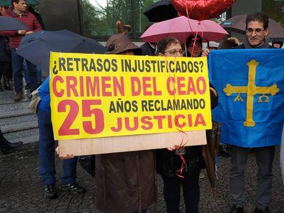 Familiares de las víctimas del Cash Record, durante una concentración de apoyo a la juez de Instrucción de Lugo Pilar de Lara.