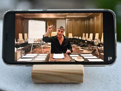 Fotografía de un teléfono móvil en el que se reproduce uno de los vídeos acusatorios colgados por el mafioso Sedat Peker en su canal de YouTube