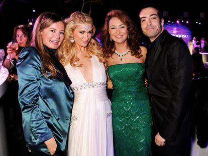 Hind Achabi, la tercera por la izquierda, en Antibes (Francia) durante el Festival de Cannes celebrado en mayo de 2013.