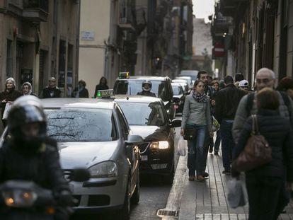 La Travessera de Gràcia, llena de coches.