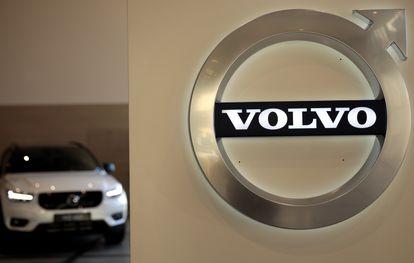 El logo de Volvo, junto a un vehículo de la marca, en una foto de archivo.