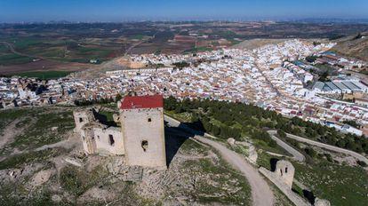Castillo de Teba, con el pueblo al fondo.