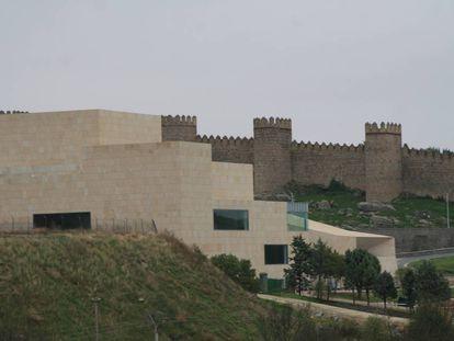 Centro de convenciones municipal de Ávila junto a las murallas medievales.