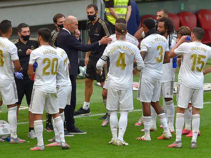 Zidane habla con sus jugadores en una pausa de hidratación del Athletic-Madrid.