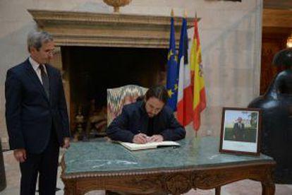 Pablo Iglesias, líder de Podemos, firma el libro de condolencias en la residencia del embajador de Francia.
