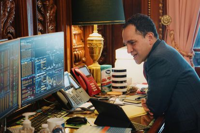 El secretario mexicano de Hacienda, Arturo Herrera, en su despacho durante una conversación por teléfono.