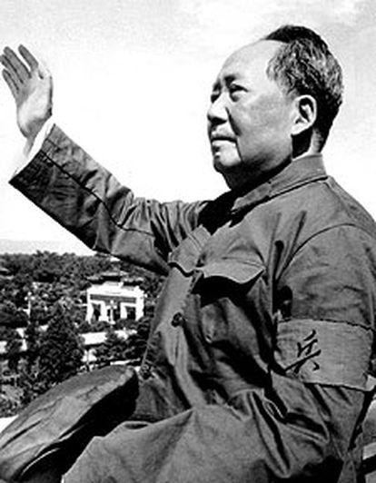 El líder comunista chino Mao saluda a sus partidarios, en una foto tomada en 1966.