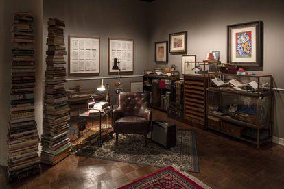 Para reconstruir la oficina de Cave, los artistas Iain Forsyth & Jane Pollard han usado objetos originales del artista.
