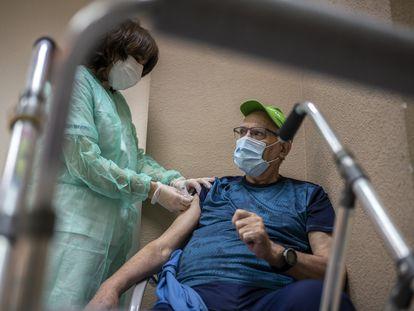 Una enfermera administra una dosis de la vacuna de Pfizer en una residencia de Leganés en enero de 2021.