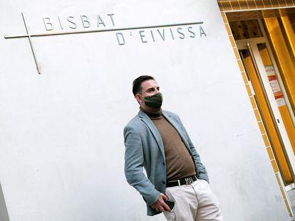 Sergio Lleó, el primer denunciante de abusos contra un sacerdote de Ibiza, en la puerta del obispado de la isla cuando fue a declarar el pasado 11 de marzo.