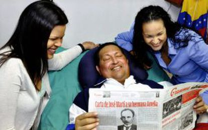 Fotografía difundida por el Gobierno venezolano de Chávez con sus hijas.