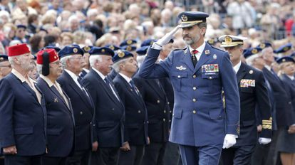 El Rey Felipe VI pasa revista a un grupo de militares retirados.
