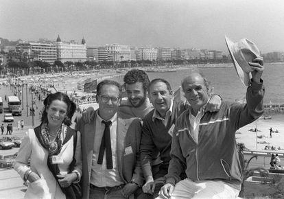 Mario Camus (segundo por la izquierda), junto a los actores (desde la izquierda) Terele Pávez, Juan Diego, Alfredo Landa y Paco Rabal, en el Festival de Cannes, en 1984, durante la presentación de 'Los santos inocentes'.