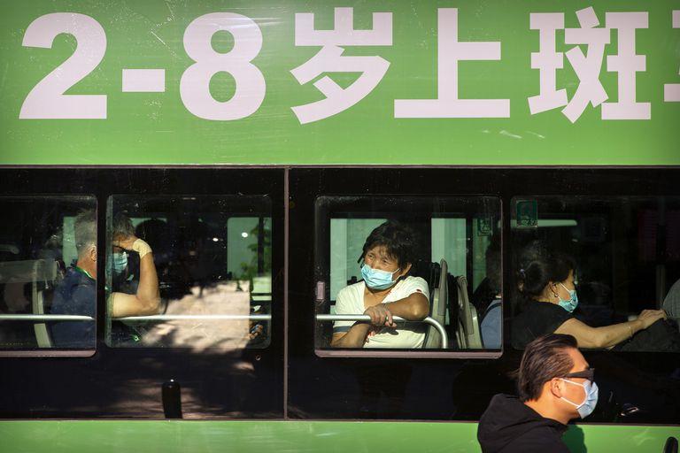 Ciudadanos llevan mascarillas en un autobús en Pekín, el 21 de agosto.