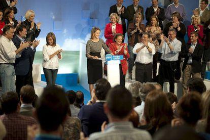 Maria Dolores de Cospedal y candidata a presidir Castilla-La Mancha (centro) es aplaudida en la clausura de la convención municipal del PP en Toledo.
