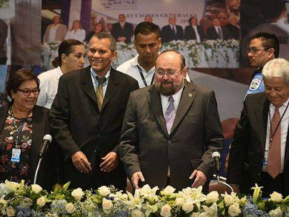 Roberto Rivas (segundo por la derecha).