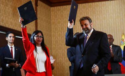 Delcy Rodríguez, vicepresidenta de Venezuela, y el diputado opositor Timoteo Zambrano tras la firma del acuerdo el lunes.
