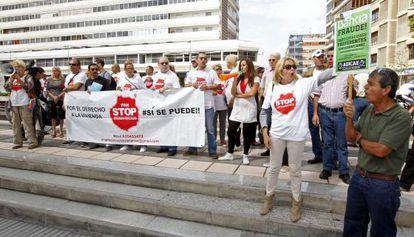 Varios miembros del colectivo Stop Desahucios durante una concentración.