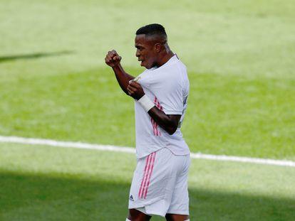 Vinicius celebra su gol este domingo ante el Levante en el Estadio de la Cerámica.