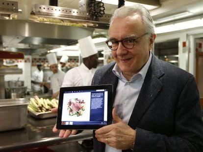 El chef francés Alain Ducasse, con su enciclopedia culinaria para tabletas.