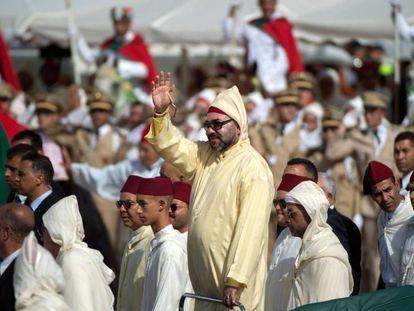 El rey Mohamed VI saluda a la multitud, el 31 de julio de 2018 en Tetuán.