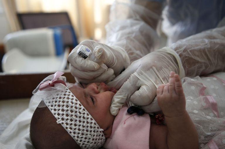 Un empleado de NNUU vacuna contra la polio en una clínica del campo de refugiados de Bureij, en Gaza, el pasado 9 de septiembre.