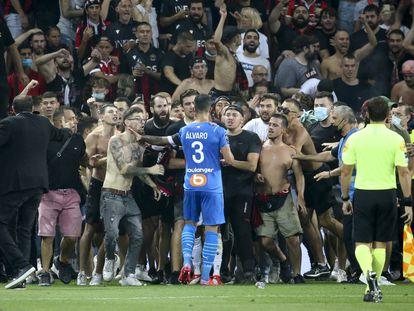 Álvaro, jugador del Marsella, se enfrenta a ultras del Niza que invadieron la cancha durante el partido de liga entre los dos equipos que fue suspendido ayer.