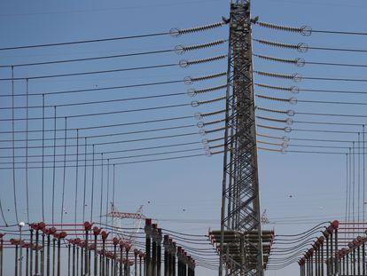 Torres en una planta de energía eléctrica.