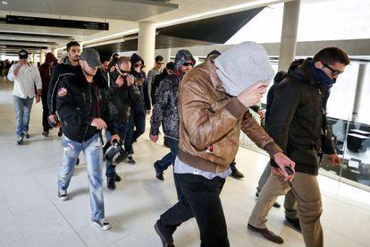 Agentes de los Mossos en la Ciudad de la Justicia tras la declaración de uno de ellos por el 'caso Raval'.