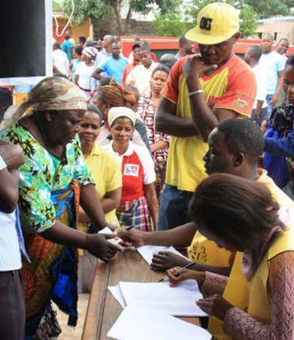 Una votante muestra su documentación en un colegio electoral, este miércoles en Maputo.