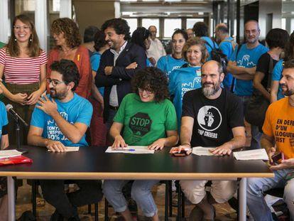 Entidades vecinales y representantes de Barcelona en Comú, PSC y ERC antes de la aprobación de la modificación del PGM. En vídeo, declaraciones de Ada Colau.