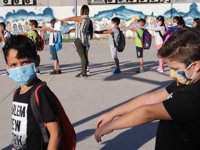 Estudiantes y profesores en el Colegio Público El Valles el día del regreso a las aulas.