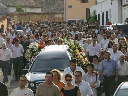 Decenas de personas despiden a la única mujer del retén, Mercedes Vives, en Humanes (Guadalajara).