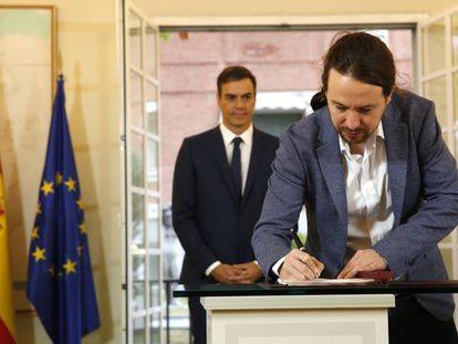 Pablo Iglesias firma ante Pedro Sánchez el acuerdo de Presupuestos en el que figura la subida del SMI.